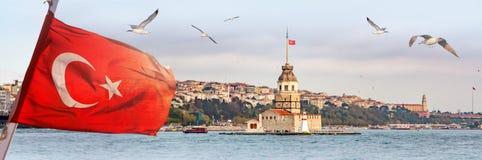 Panorama di Costantinopoli con la torre nubile, kulesi del kiz, ad orizzonte ed ai gabbiani sopra il mare, ampio paesaggio con la fotografia stock libera da diritti
