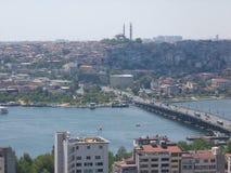 Panorama di Costantinopoli visto da quello alto con il ponte famoso di Galata La Turchia Immagini Stock