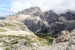 Panorama di Elferkofel della montagna e capanna alpina Zsigmondyhutte in dolomia di Sesto, Tirolo del sud Immagine Stock Libera da Diritti