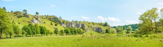 Panorama di Eselsburger Tal della valle - prato verde Fotografie Stock Libere da Diritti