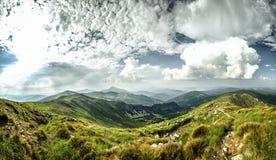 Panorama di estate delle montagne carpatiche Panorama Immagini Stock