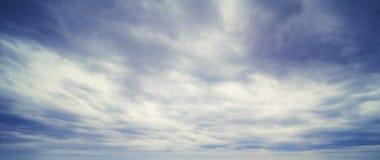 Panorama di estate delle nuvole e del cielo immagini stock libere da diritti