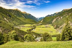 Panorama di estate in valle delle alpi di Austrial Immagine Stock