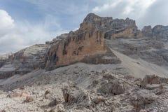 Panorama di estensione gigante dei massi al piede della sommità di Tofana fotografia stock libera da diritti
