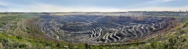 Panorama di estrazione mineraria del minerale metallifero e di impresa elaborare fotografie stock