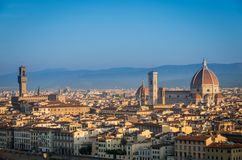Panorama di Firenze con il duomo principale Santa Maria del Fiore all'alba, Firenze, Firenze, Italia del monumento fotografia stock