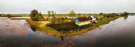 Panorama di fusione dell'antenna dell'inondazione del fiume della primavera Acqua di straripamento allo PS Immagini Stock