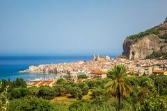 Panorama di giorno di estate di Cefalu della città presa dalla collina immagine stock libera da diritti