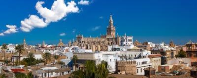 Panorama di Giralda e della cattedrale di Siviglia, Spagna Immagine Stock