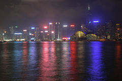 Panorama di Hong Kong Island da Kowloon alla notte fotografia stock libera da diritti