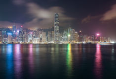 Panorama di Hong Kong Island da Kowloon alla notte immagine stock libera da diritti