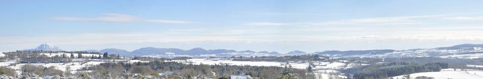 Panorama di inverno con la montagna della Puy-de-cupola Immagine Stock