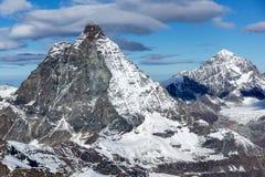 Panorama di inverno del supporto il Cervino coperto di nuvole, cantone del Valais, alpi Immagine Stock
