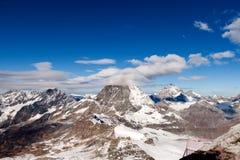 Panorama di inverno del supporto il Cervino coperto di nuvole, cantone del Valais Fotografia Stock