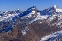 Panorama di inverno delle alpi dal paradiso del ghiacciaio del Cervino, cantone del Valais Immagini Stock