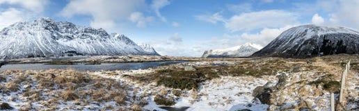 Panorama di inverno delle montagne sulle isole di Lofoten, fotografia stock libera da diritti