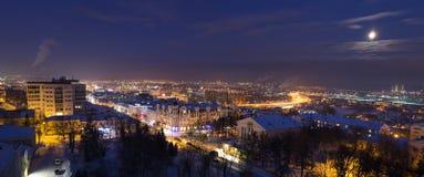 Panorama di inverno di notte di una città in una luna piena Immagine Stock Libera da Diritti