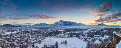 Panorama di inverno di Salisburgo al tramonto, Austria Immagini Stock Libere da Diritti