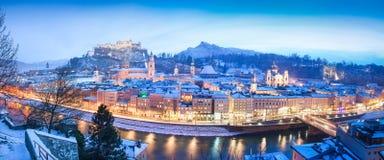 Panorama di inverno di Salisburgo all'ora blu, Austria Fotografie Stock Libere da Diritti