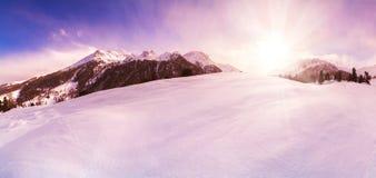 Panorama di inverno nel fondo del fascio del sole del cielo di inverno delle alpi Fotografia Stock Libera da Diritti