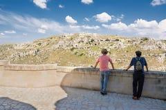 Panorama di Matera con le caverne scolpite e la sorveglianza dei turisti fotografia stock libera da diritti
