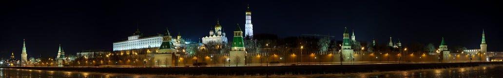 Panorama di Mosca Kremlin nella notte di inverno Immagini Stock Libere da Diritti