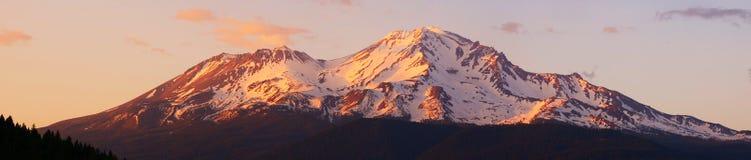Panorama di Mt. Shasta immagini stock libere da diritti