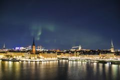 Panorama di notte con l'aurora boreale di Gamla Stan, Stoccolma, Svezia Fotografia Stock Libera da Diritti