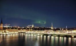 Panorama di notte con l'aurora boreale di Gamla Stan, Stoccolma, Svezia Fotografie Stock