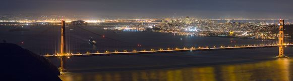 Panorama di notte del cancello dorato immagine stock