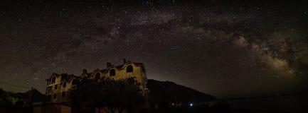 Panorama di notte del paesaggio con la Via Lattea e la casa Fotografia Stock Libera da Diritti