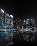 Panorama di notte dell'orizzonte di Singapore Vista urbana moderna della città Immagini Stock Libere da Diritti