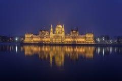 Panorama di notte della costruzione del Parlamento situata nel capitol del paese immagine stock libera da diritti