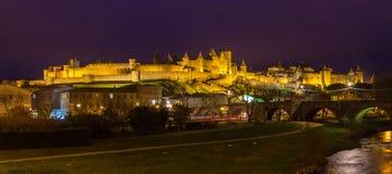 Panorama di notte della fortezza di Carcassonne - Francia fotografie stock libere da diritti