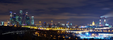Panorama di notte di Mosca dalle colline di Vorobyovy immagini stock