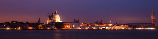 Panorama di notte di Venezia, città italiana fotografia stock
