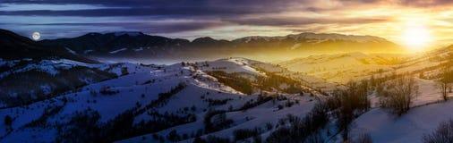 Panorama di notte e di giorno della campagna di inverno immagini stock libere da diritti