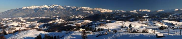 Panorama di paesaggio delle montagne di Bucegi in Romania Fotografie Stock