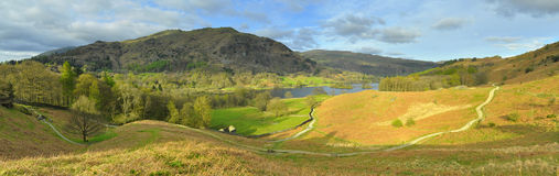 Panorama di paesaggio: montagna, lago, valle, alberi Fotografia Stock