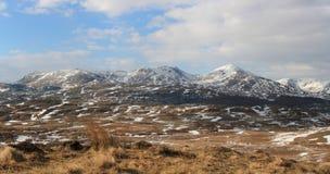 Panorama di paesaggio: montagna, lago, valle, alberi Fotografie Stock