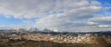 Panorama di paesaggio: montagna, lago, valle, alberi Immagini Stock