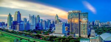 Panorama di paesaggio urbano di Bangkok nella penombra, spirito del distretto aziendale Fotografia Stock Libera da Diritti