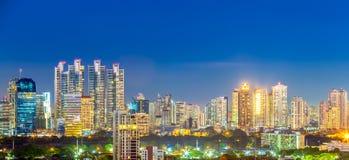 Panorama di paesaggio urbano di Bangkok nella penombra, spirito del distretto aziendale Immagine Stock