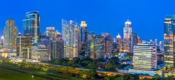Panorama di paesaggio urbano di Bangkok nella penombra, spirito del distretto aziendale Immagini Stock