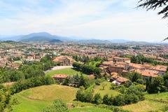 Panorama di paesaggio urbano di Bergamo con le montagne vedute da Citta Alta Fotografie Stock Libere da Diritti