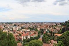 Panorama di paesaggio urbano di Bergamo visto da Citta Alta Fotografie Stock Libere da Diritti