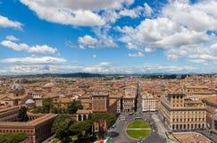 Panorama di paesaggio urbano di Roma con la piazza Venezia in priorità alta Immagini Stock
