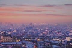 Panorama di paesaggio urbano di Parigi preso al crepuscolo da Montmartre fotografia stock libera da diritti