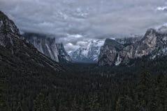 Panorama di parco nazionale di Yosemite con il cielo drammatico Fotografia Stock