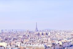 Panorama di Parigi su un fondo del cielo blu immagini stock libere da diritti